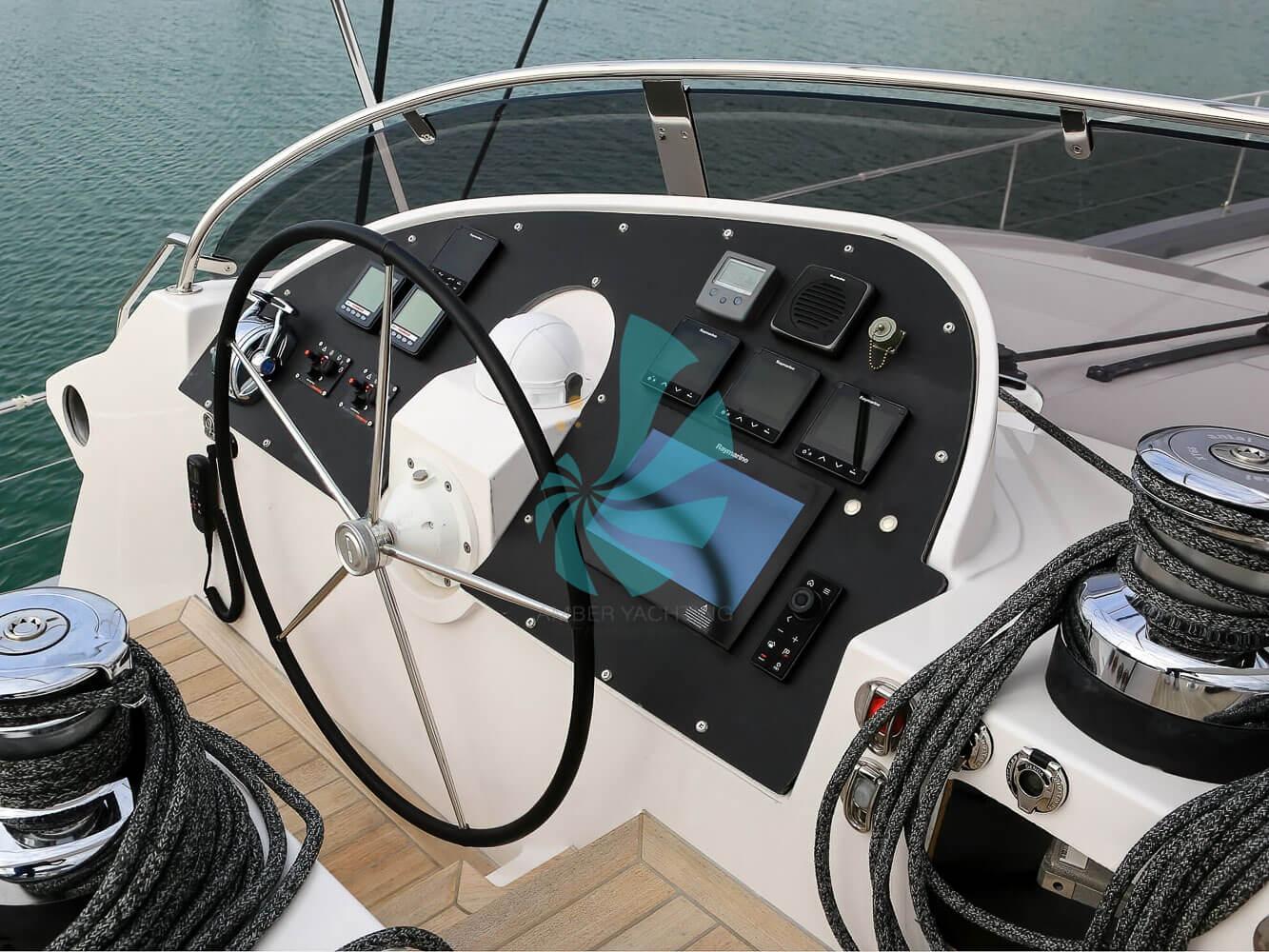 Catamaran a voile Privilege Série 6 poste de pilotage, a vendre chez www.amber-yachting.com