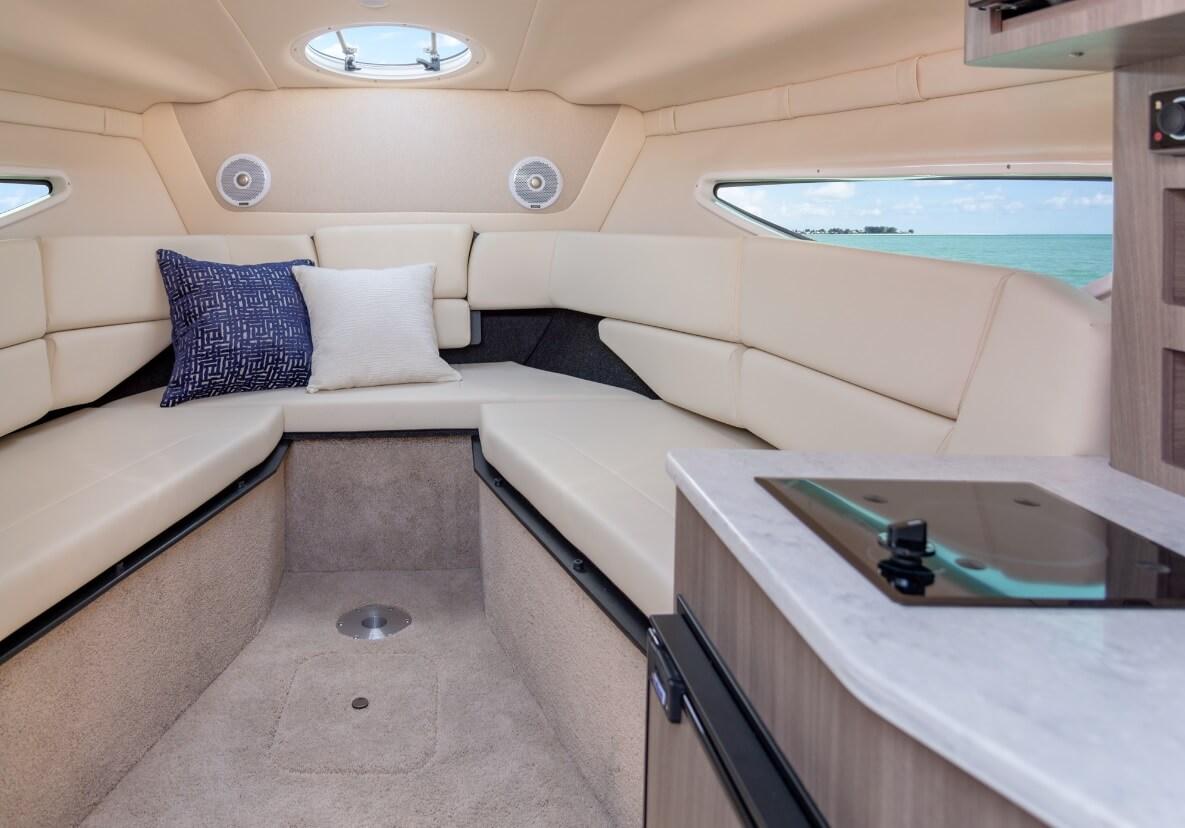 photo cabine intérieur régal 26 - coussin et moquette beige - cabine lumineuse