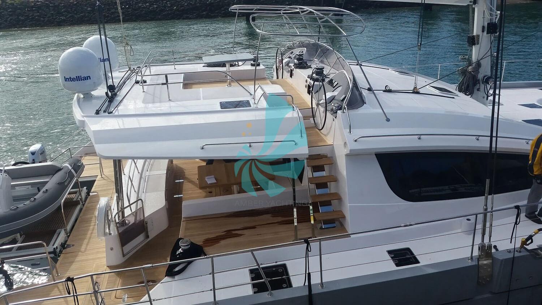 Catamaran a voile Privilege Série 6 de couleur grise, vue exterieure a vendre chez www.amber-yachting.com