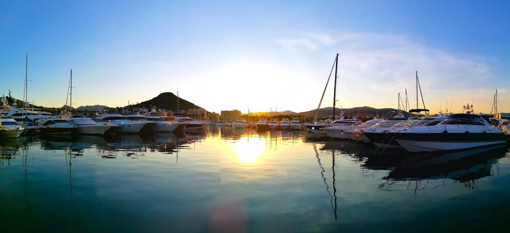 Port de La Napoule - bateaux à flot et couché de soleil